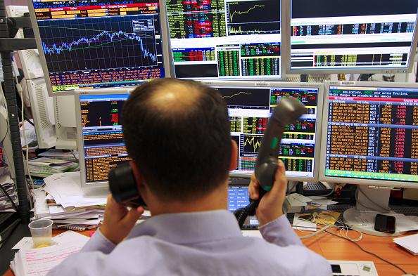 Operador de la Bolsa de París durante la jornada bursátil (Getty Images)