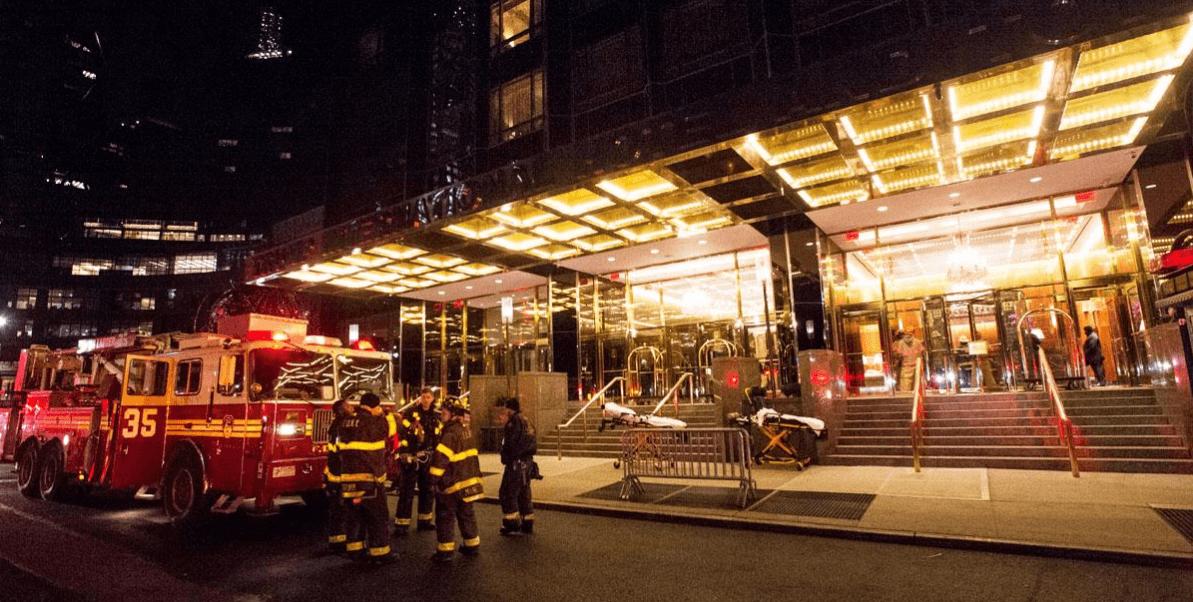 Bomberos acuden a la Torre Trump de Nueva York luego de registrarse un incendio en el piso 47.