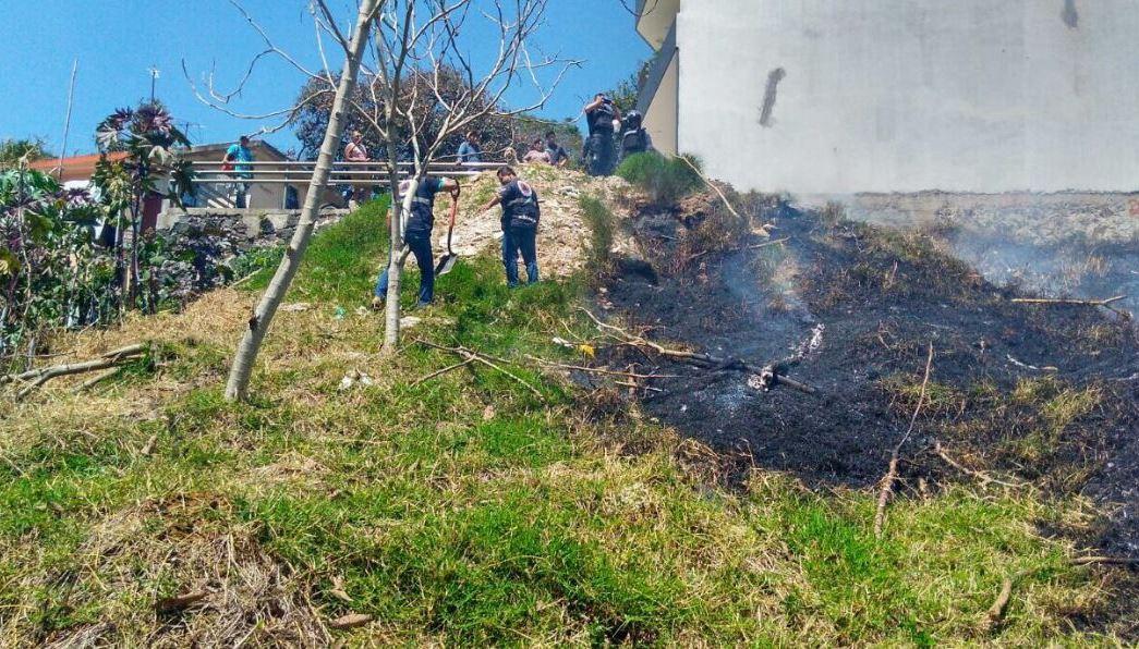 Bomberos de Xalapa, Veracruz, combaten incendio de pastizal (Twitter @HCBXOFICIAL)