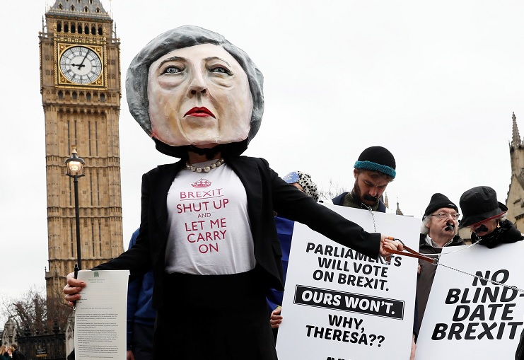 Manifestantes anti-Brexit llevan una cabeza gigante de Theresa May (Reuters)