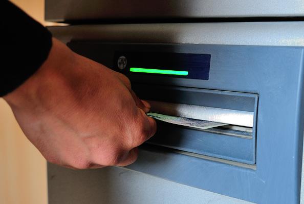 La red de cajeros automáticos funcionará mientras los bancos están cerrados. (Getty Images)