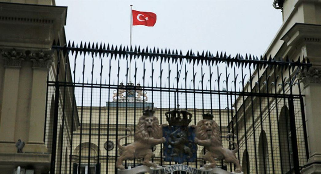 La bandera turca sobre el consulado neerlandés en Estambul, Turquía. (Reuters)