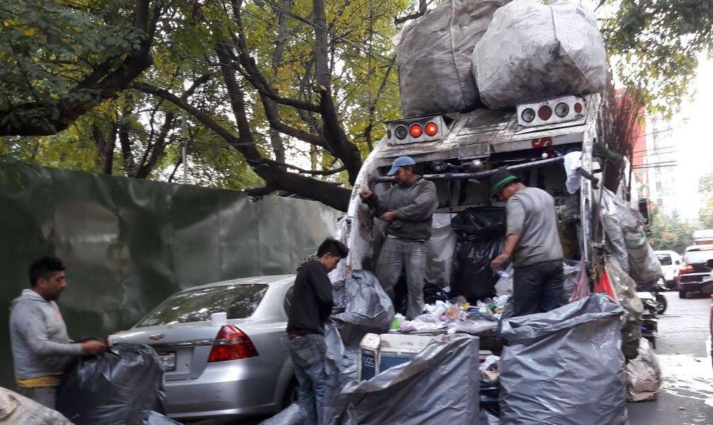 Fotografía que muestra a un grupo de personas que trabajan recolectando basura. (@mderbez/archivo)