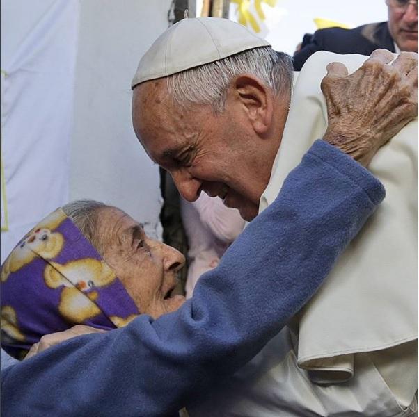 Una persona extiende las manos para pedir ayuda; el organismo de caridad del Vaticano abre cuentas en redes sociales para acercarse a la comunidad católica (Instagram @obolus_va)