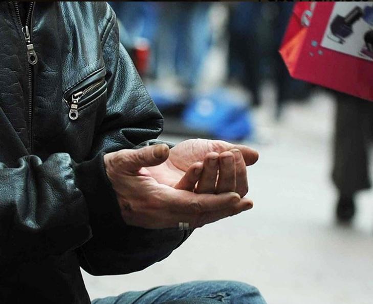 Una persona extiende las manos para pedir ayuda; el organismo de caridad del Vaticano abre cuentas en redes sociales para acercarse a la comunidad católica (Twitter @Obolus_es)