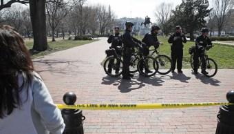 Oficiales del Servicio Secreto estadounidense se encuentran en el parque acordonado de Lafayette después de un incidente de seguridad cerca de la Casa Blanca en Washington. (AP)