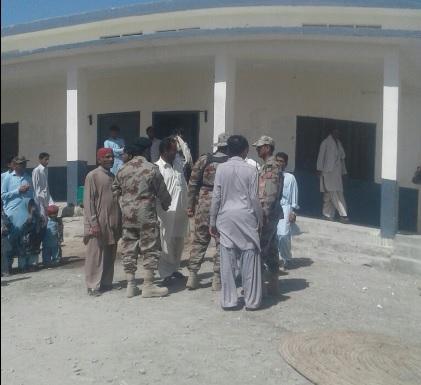 Militares acompañan a encuestador que realiza censo de población en Pakistán. (Twitter @hammalhaidar)