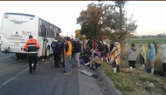 Un camión que trasportaba jornaleros se impactó contra la parte trasera de un tractocamión. (Twitter @suegemergencias)