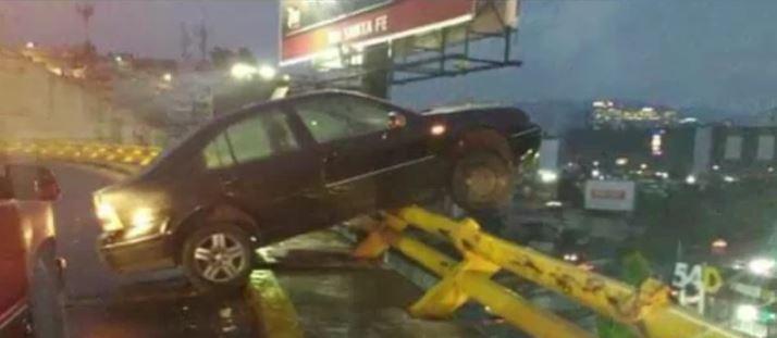 Un auto se impacta contra la valla de contención del distribuidor vial sobre la carretera México- Toluca . (Noticieros Televisa)