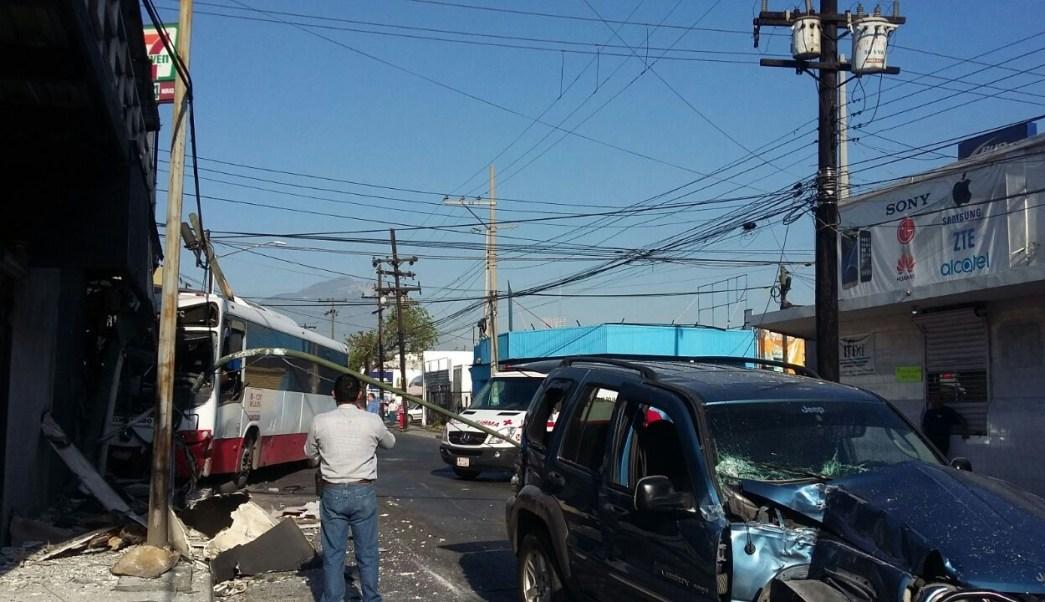 Urbano de Monterrey y camioneta chocan sobre el cruce de las calles Guerrero y Arteaga (Twitter @LeydaEstradat)