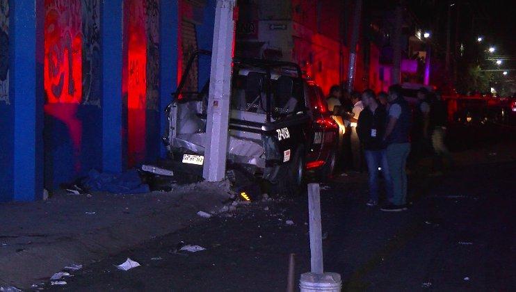 Tres jóvenes más y tres policías que viajaban a bordo de las patrullas fueron llevados a diferentes hospitales.