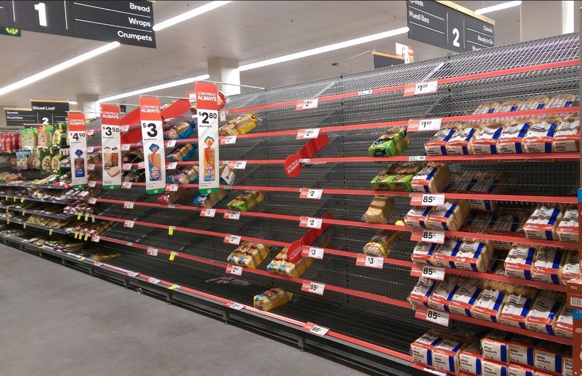 Estantes de tiendas en Australia quedan semivacíos ante la llegada del ciclón Debbie; el meteoro tocará tierra en el noreste del país (Twitter @rj_baird)