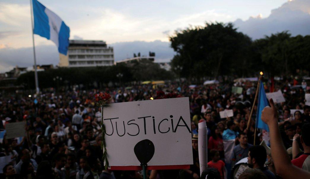 Cientos de personas protestas en las calles de Guatemala por la muerte de 40 menores.