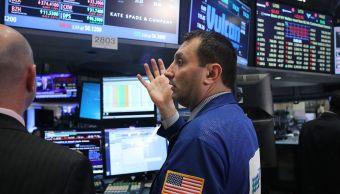 Corredores de bolsa en el piso de operaciones de Wall Street.