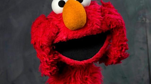 Corren a Elmo de Plaza Sesamo. (AP)