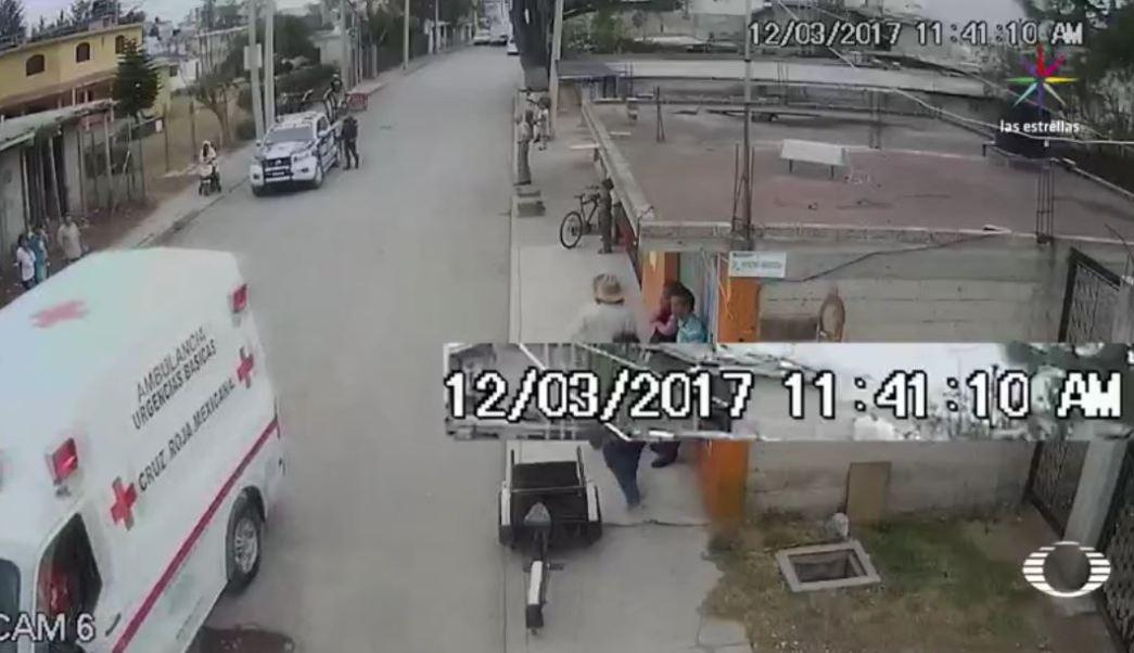 El accidente se registró en video a las 11:10 de la mañana. Veinte minutos después, a las 11:30, llegó la primera patrulla, y 40 minutos después del accidente, los paramédicos de la Cruz Roja auxiliaron a la lesionada. Ahí inició un calvario para Gilberto Cuahuteca y su hija Alejandra. (Noticieros Televisa)