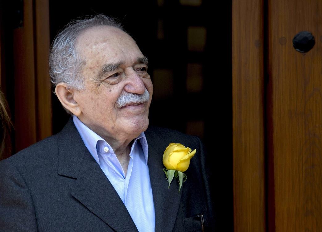 Gabriel García Márquez saluda a aficionados y reporteros afuera de su casa en la Ciudad de México, en su cumpleaños 87 en 2014 (AP/archivo)