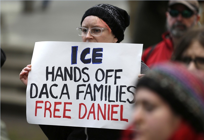 Personas protestan contra la detención del dreamer Daniel Ramírez Medina (AP, archivo)