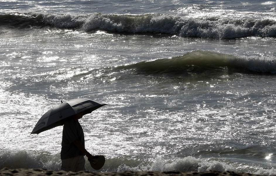 El 1 y 2 de febrero hubo cuatro colapsos de colectores en Tijuana, provocados por el exceso de aguas pluviales. Tres fueron controlados, el cuarto colector afectado se rompió y provocó que llegará una gran cantidad de aguas negras a las playas del sur de California. (AP)