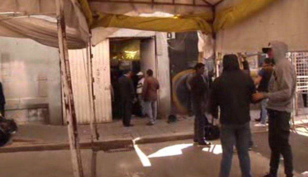 Elementos de la SSP-CDMX resguardan la calle de Aztecas, en el barrio de Tepito, debido a un desalojo en un inmueble. (Noticieros Televisa)