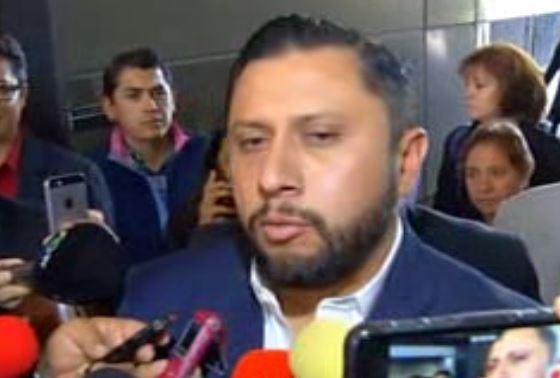 Antonio Enrique Tarín García, diputado suplente, ofrece una entrevista; sale a desayunar al restaurante de la Cámara de Diputados tras permanecer atrincherado 14 horas en una oficina (Noticieros Televisa, archivo)