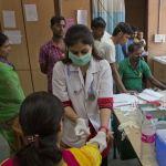 Doctora atiende a pacientes de dengue en India (AP, archivo)