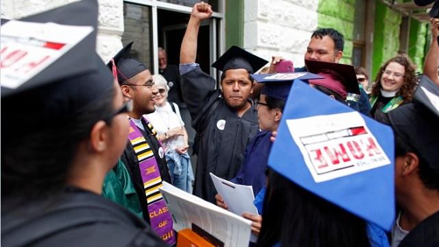 Dreamers protestan para poder concluir sus estudios en Estados Unidos; universidades latinoamericanas manifiestan su apoyo a México ante las políticas de Donald Trump (AP, archivo)