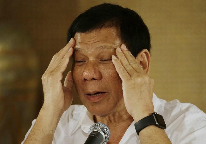El presidente filipino, Rodrigo Duterte, gesticula mientras responde a las preguntas de periodistas en el palacio presidencial de Malacanang en Manila, Filipinas (AP/archivo)