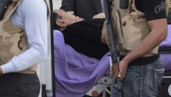 El expresidente egipcio Hosni Mubarak es escoltado por personal médico y de seguridad a una ambulancia en el Hospital Militar de Maadi. (AP)