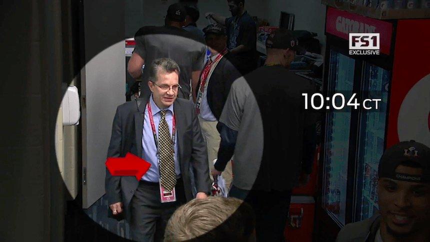 El periodista mexicano Mauricio Ortega robó el jersey de Tom Brady.