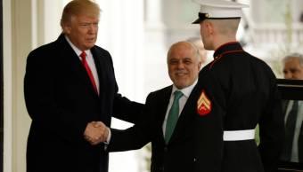 El presidente de Estados Unidos, Donald Trump, saluda al primer ministro iraquí, Haidar al Abadi.