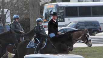El secretario estadounidense del Interior, Ryan Zinke, cabalgó hasta las oficinas del Departamento del Interior en Washington. (AP)