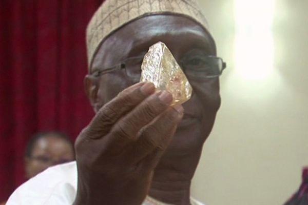 Emmanuel Momoh, un pastor protestante, descubrió el diamante.