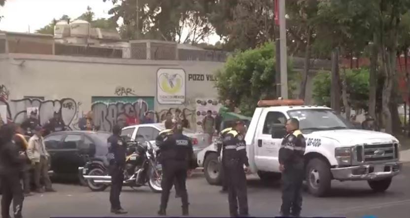 Un grupo de trabajadores de la construcción y otro de la Asamblea de Barrios se enfrentan a golpes en un predio en la Calzada Acoxpa. ( Tomada de video)
