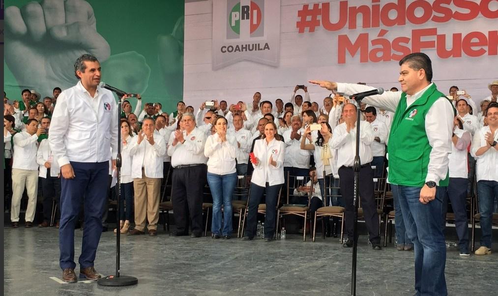 Enrique Ochoa Reza tomó protesta a Miguel Riquelme Solís, como candidato de su partido al Gobierno de Coahuila. (@DiarioCoahuila)