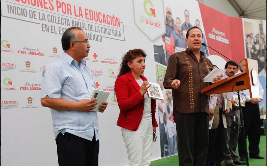 El gobernador Eruviel Ávila entregó el libro 'Elogio del libro y alabanza del placer de leer' en Ixtapan de la Sal. (Twitter @eruviel_avila)