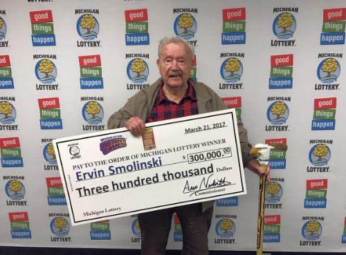 El veterano de la Segunda Guerra Mundial, Ervin Smolinski, ganó la lotería en su cumpleaños 94. (http://upnorthlive.com)