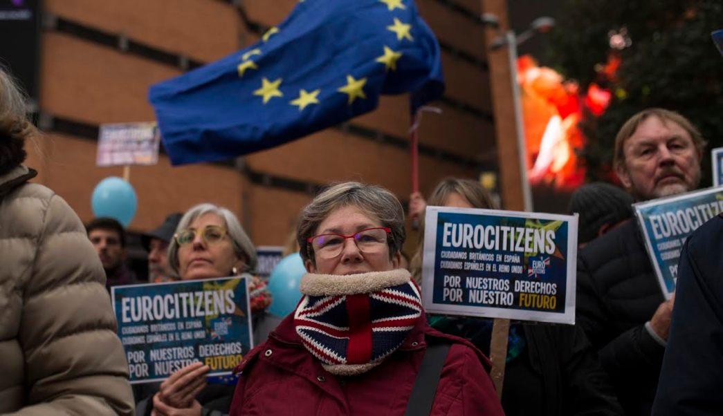 Casi un centenar de españoles y británicos se reunieron el sábado en Madrid para instar Legisladores para proteger los derechos de los ciudadanos durante la salida del Reino Unido de la Unión Europea. (AP)