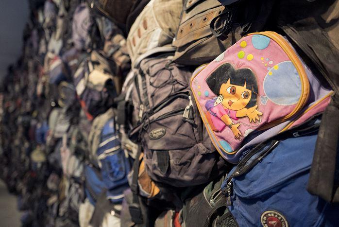 En cada mochila se encontraron ropa, objetos de limpieza personal, biblias, medicamentos, envases y hasta fotografías.