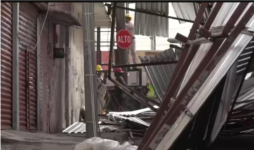 Estructura colapsa por fuertes vientos en Ciudad Juárez, Chihuahua; las rachas de 100 kilómetros por hora dañan casas y espectaculares (Noticieros Televisa)
