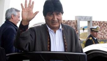 Evo Morales, presidente de Bolivia, llega al aeropuerto El Alto; el mandatario viajará a Cuba para someterse a una cirugía (AP)