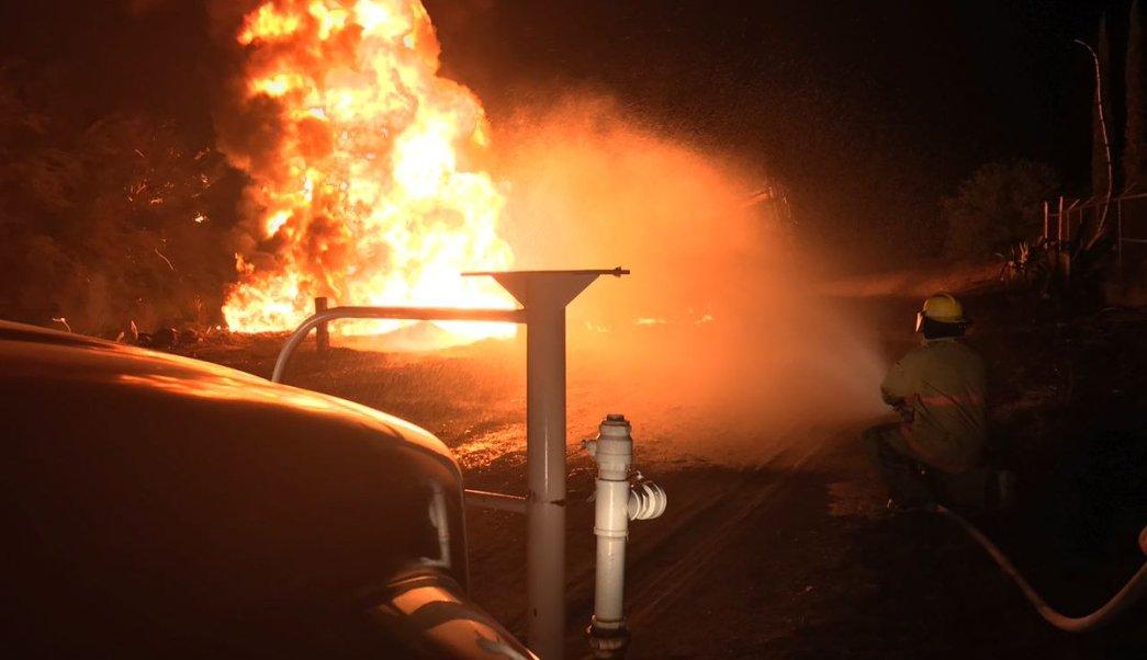 El fuego alcanzó una pipa que presuntamente era cargada con el combustible robado. (Twitter: @Noticias105Tres)
