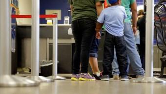 Familia de inmigrantes espera registro en Estados Unidos (AP, archivo)