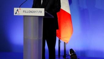 Francois Fillon, ex primer ministro francés y candidato presidencial de centroderecha de Francia, abandona una rueda de prensa en París (Reuters)