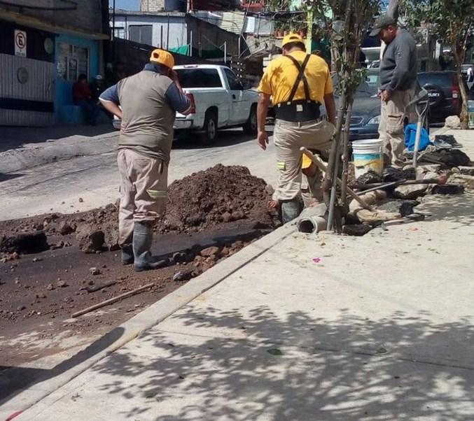 Trabajadores reparan la fuga de agua en Alfonso Baldaya, Colonia Lomas de Capula, en la delegación Álvaro Obregón Twitter @PlaterosT)