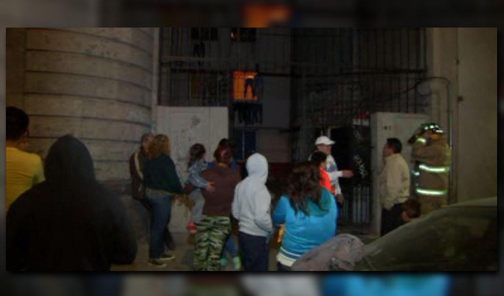 Vecinos en la colonia Guerrero salen de una unidad habitacional por una fuga de gas; bomberos controlan el incidente (Noticieros Televisa)