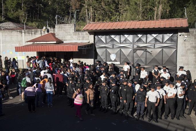 Policía de Guatemala resguarda inmueble del refugio para menores donde se registró un incendio (AP)