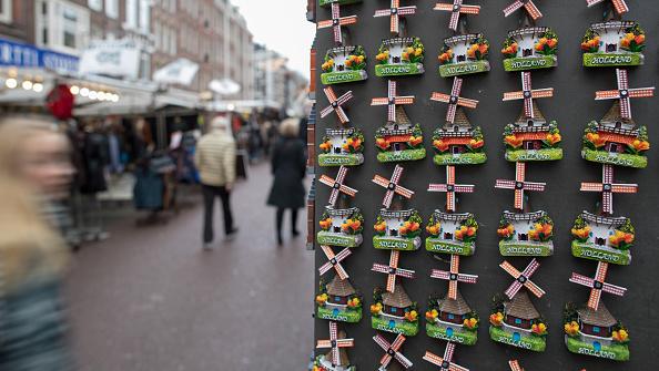 Compradores visitan un mercado de pulgas en Holanda. (Getty Images)