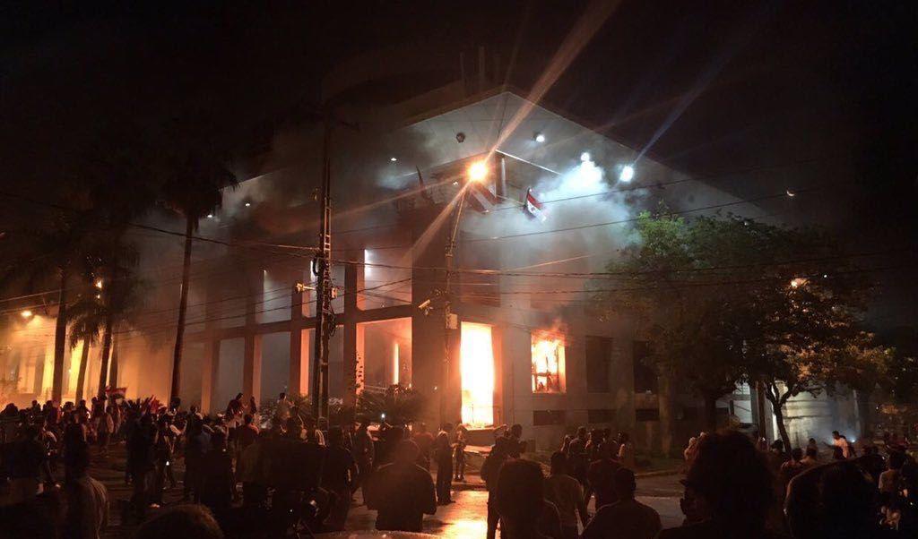 Incendian la sede del Congreso de Paraguay.