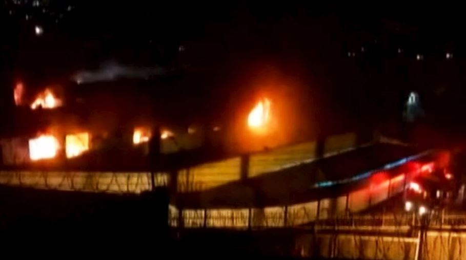 Los bomberos informaron que enviaron 15 unidades para combatir el fuego en la cárcel (Twitter/@noticiAmerica)